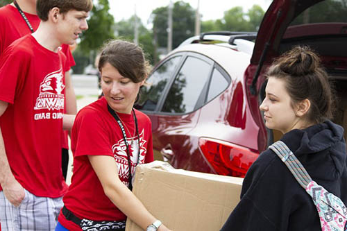 students unloading a car on move in day